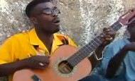 Fantástica música con una guitarra de una sóla cuerda