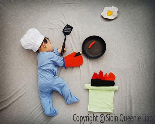 Madre creativa y con mucha imaginación fotografía a su hijo