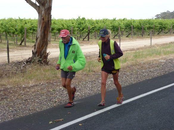 Mujer de 64 años supera un cáncer y recorre Australia corriendo