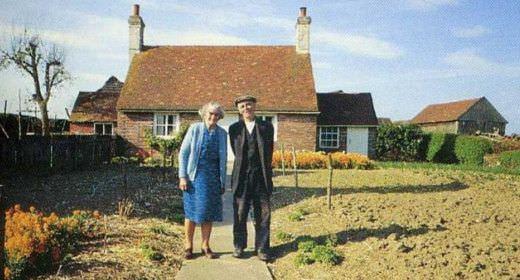 Una pareja de ancianos se hace la misma fotografía en diferentes estaciones