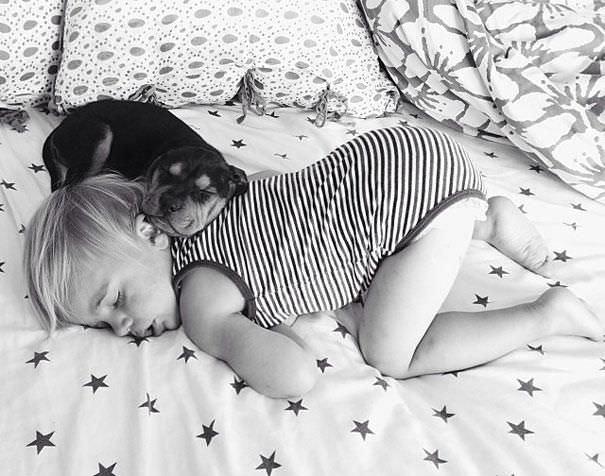 Un niño pequeño durmiendo con su inseparable amigo