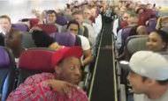 Sorpresa en un avión: actuación de los actores de El Rey León de Australia