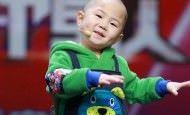 Niño de 3 años sorprende al público haciendo lo que más le gusta: bailar