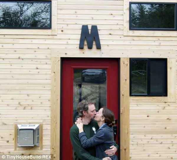 Esta feliz pareja lo dejó todo y se fueron a vivir a una casa de madera