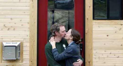 Esta feliz pareja lo dej todo y se fueron a vivir a una - Vivir en una casa de madera ...