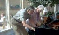 Esta pareja de 90 años impresiona a todo el mundo tocando el piano