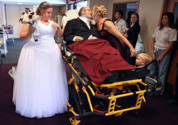 Un hombre cumple el sueño de acompañar a su hija al altar, sin poderse levantar de la cama