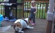 Carlotte y Zoe: una niña pequeña bailando con su mascota