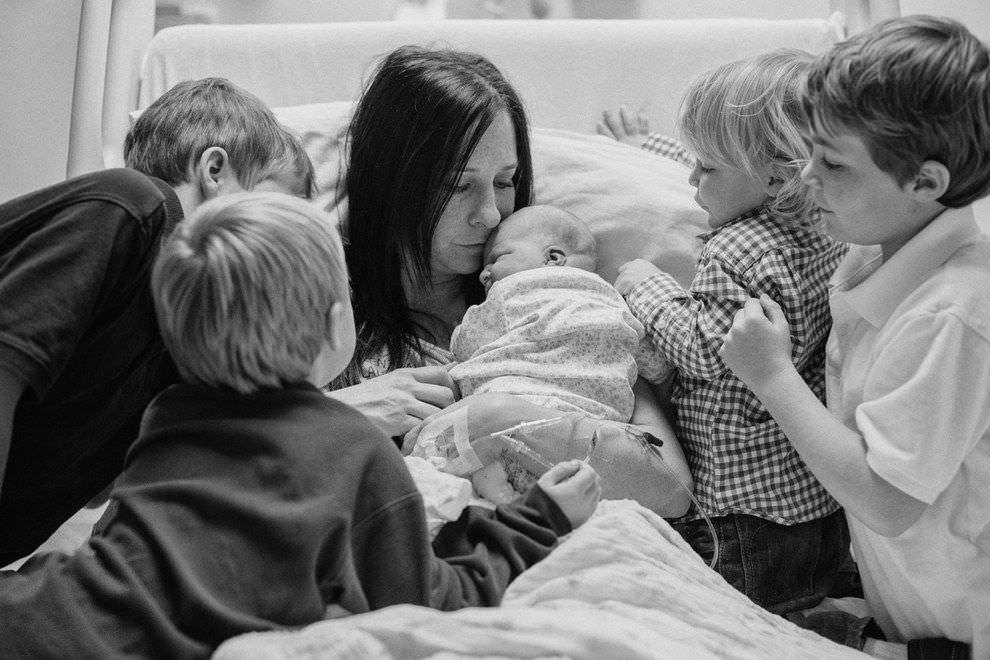 Fotos de niños conociendo por primera vez sus hermanos recién nacidos