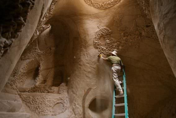 Un hombre esculpe con sus manos su refugio espiritual 7