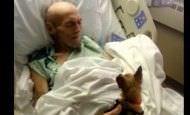 Un hombre muy enfermo en el hospital recibe la visita de su perro