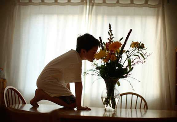 Un padre fotografía el comportamiento de su hijo autista