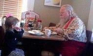 Una niña de 3 años se sentó con Papá Noel para que no comiera solo