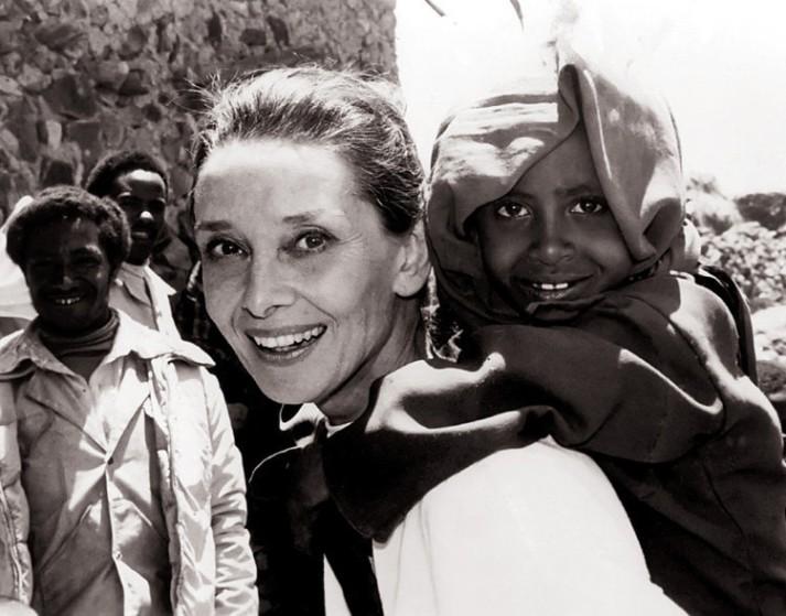 Frases célebres: la importancia de ser solidario y ayudar a los demás (Audrey Hepburn)