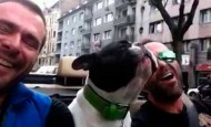 ¡Mira qué bien cantan este hombre y su perro juntos!