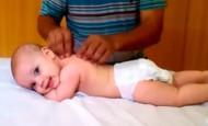 Este adorable bebé recibe su primer masaje, ¿cuál será su reacción