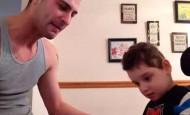 Mira cómo reacciona este niño con parálisis cerebral cuando escucha cantar a su padre