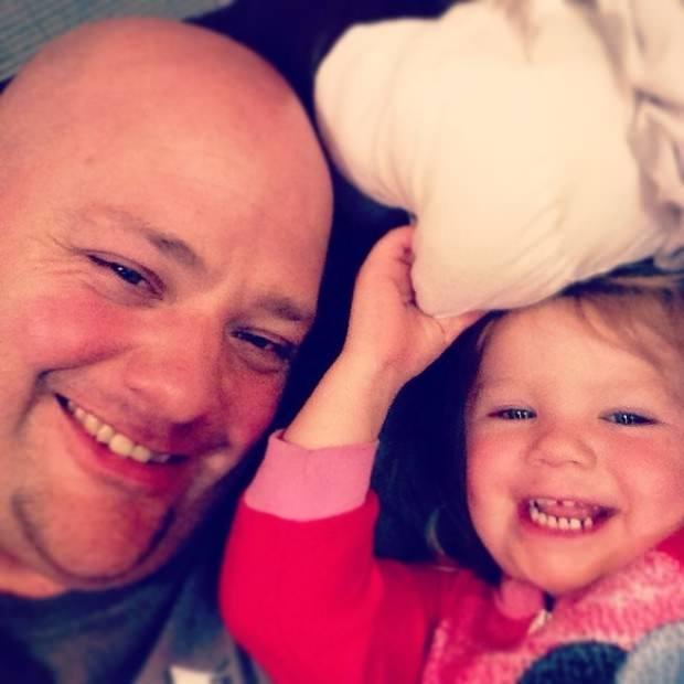 Este padre hizo un curso de peluquería para aprender a peinar a su hija 1