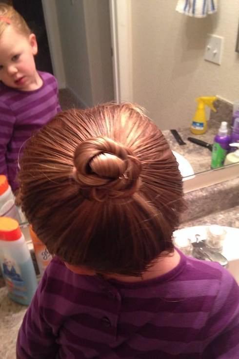 Este padre hizo un curso de peluquería para aprender a peinar a su hija 4