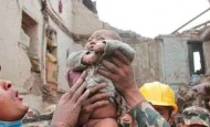 Salvan a un bebé e Nepal después de 4 días atrapado entre las ruinas