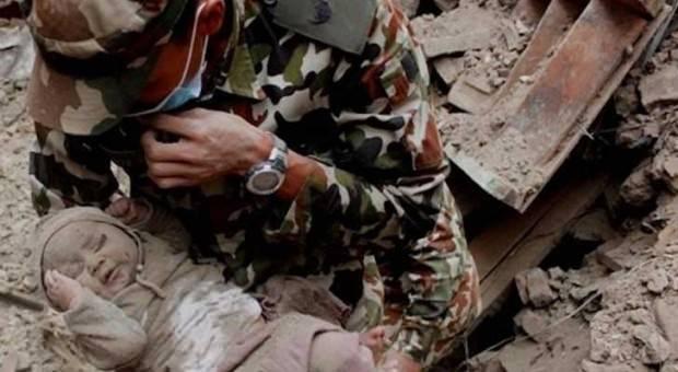 Salvan a un bebé e Nepal después de 4 días atrapado entre las ruinas 2