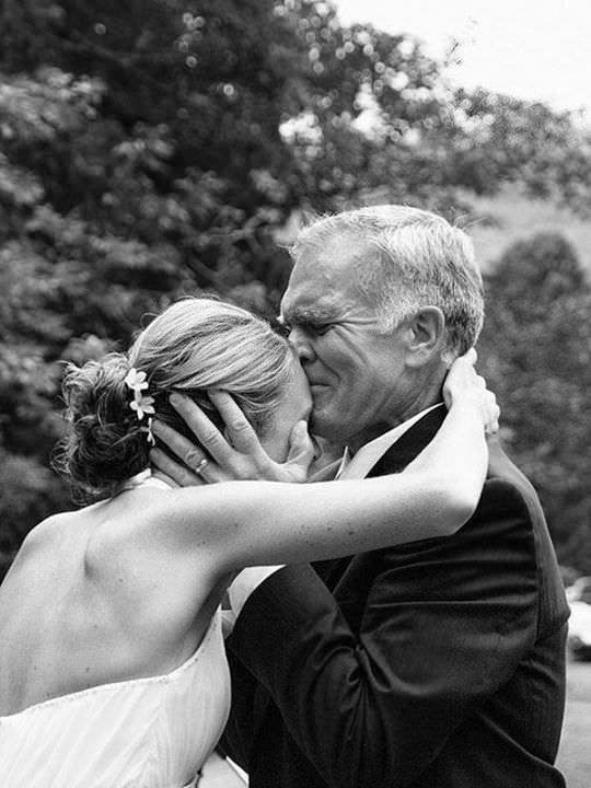 La emoción de los padres en la boda de sus hijas 2