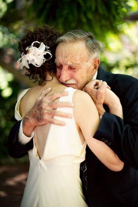 La emoción de los padres en la boda de sus hijas 3