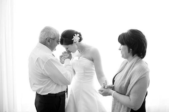 La emoción de los padres en la boda de sus hijas 4