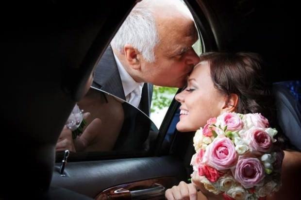 La emoción de los padres en la boda de sus hijas 5