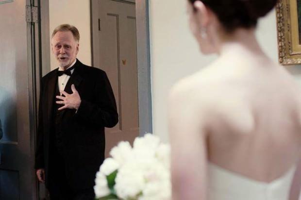 La emoción de los padres en la boda de sus hijas 7