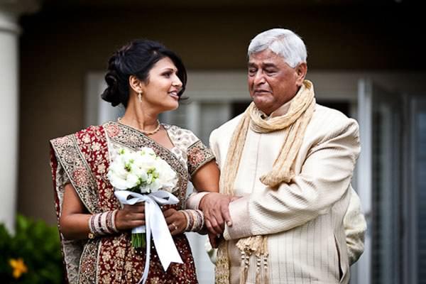 La emoción de los padres en la boda de sus hijas 8