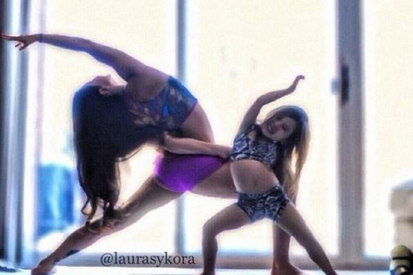 Terapias alternativas una madre y su hija de 4 años practicando yoga 2