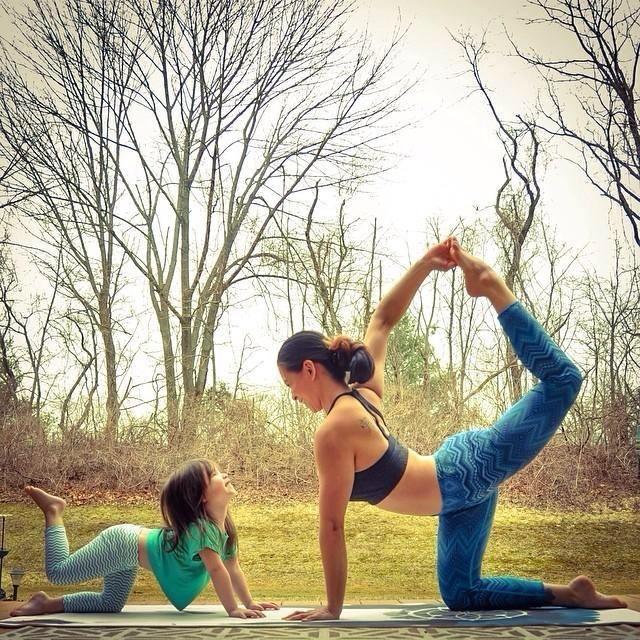 Terapias alternativas una madre y su hija de 4 años practicando yoga 3
