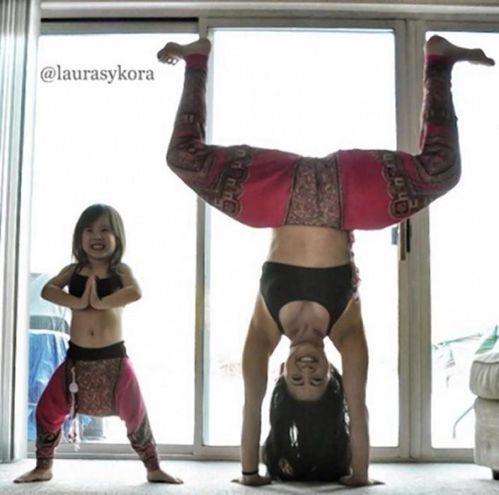 Terapias alternativas una madre y su hija de 4 años practicando yoga 4