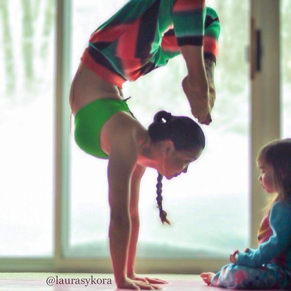 Terapias alternativas una madre y su hija de 4 años practicando yoga 5