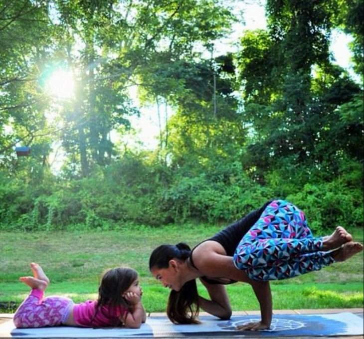 Terapias alternativas una madre y su hija de 4 años practicando yoga 9